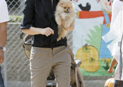 gwen-stefani-carried-her-puppy-shawn-pumpkin-patch-culver